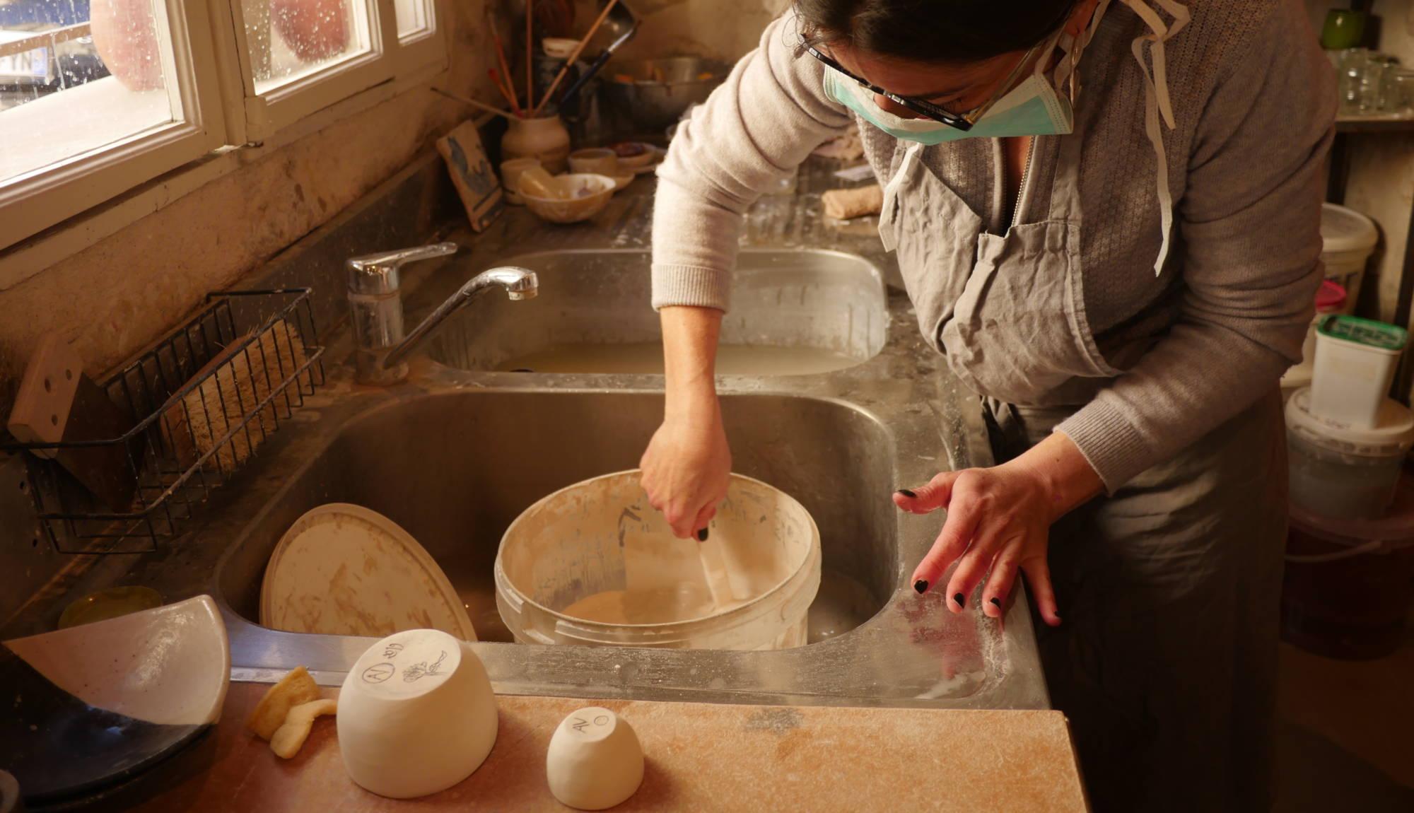Cours de poterie et céramique à Nice, élève préparant de l'émaille